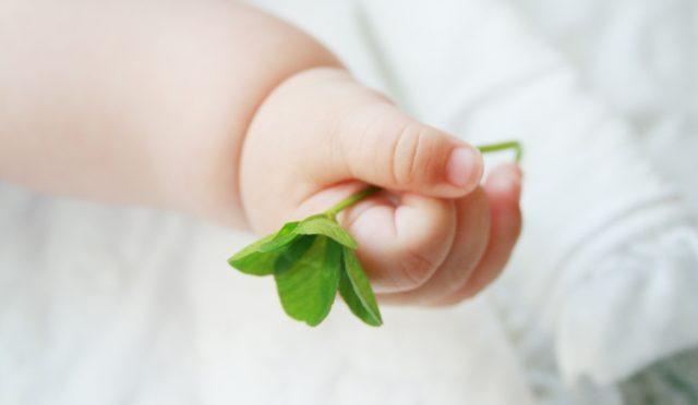 遊びながら赤ちゃんの知育も運動も伸ばせる!0歳の発達遊び♪